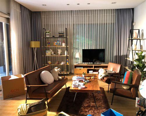 bàn trà sofa mặt gỗ tự nhiên kết hợp ghế sofa cổ điển trong không gian phòng khách